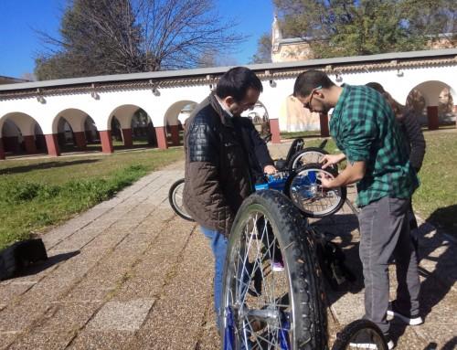 Ponemos a punto nuestras bicis en el taller de autonomía para la vida diaria